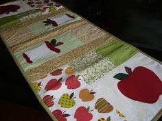 Trilho de mesa em patchwork by Art...com retalho, via Flickr