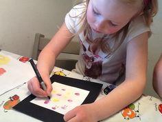 Alma tegner kyllingfjes