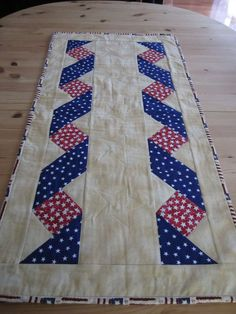 Patriotic Quilt- Link didn't provide instructions, but I can figure out some… – Handwerk und Basteln Flag Quilt, Patriotic Quilts, Star Quilts, Quilt Blocks, Quilt Boarders, Ribbon Quilt, Quilt Of Valor, Panel Quilts, Quilted Table Runners