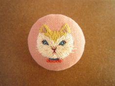手刺繍ブローチ 『アリスのネコ(ダイナ)』 | HandMade in Japan 手仕事の新しいマーケットプレイス iichi