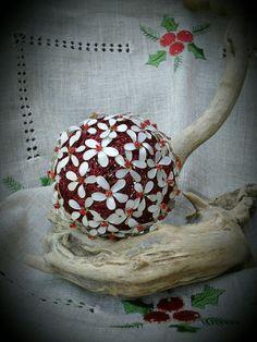 Sfera  di lana rossa con fiori di  smalto