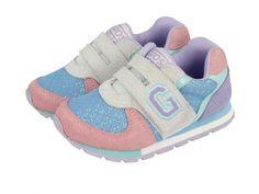 Sunya / Zapatillas deportivas de bebé en rosa y azul con efecto purpurina, cierre de doble velcro y la letra G de Gioseppo. Corte combinado en piel y forro en textil. Harán brillar a las más pequeñas.