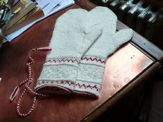 Ladies Orsa Mitten in Tvåändsstickning pattern by Nancy Bush Knitted Mittens Pattern, Knit Mittens, Knitted Gloves, Knitting Socks, Hand Knitting, Knitting Stitches, Knitting Patterns, Crochet Patterns, Norwegian Knitting