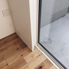 本当に必要なモノ達と暮らす〜余白のある空間づくりが快適さを生み出す家___omalさんのおうちを探索! | ムクリ[mukuri] House 2, Interior Architecture, Tile Floor, Madrid, Bathtub, Windows, Room, Furniture, Design