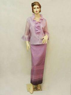 Hasil gambar untuk แฟชั่นผ้าไหมแก้ว Batik Kebaya, Batik Dress, Big Size Fashion, Kebaya Brokat, Big Size Dress, Thai Dress, Thai Style, Traditional Dresses, African Fashion