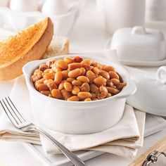 Ah, les fèves au lard! Grâce à la mijoteuse, cette recette se prépare en un rien de temps! Parfait pour donner à votre prochain brunch un p'tit air d'antan! Baked Bean Recipes, Pork Recipes, Dog Food Recipes, Cooking Recipes, Beans Recipes, Recipies, Canadian Dishes, Mets, Baked Beans