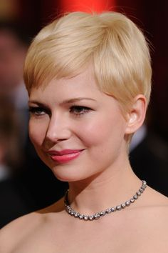 Michelle Williams pixie at 2012 Oscars. Pixie Haircut For Round Faces, Cute Pixie Haircuts, Cute Pixie Cuts, Pixie Cut Styles, Short Hair Styles For Round Faces, Round Face Haircuts, Pixie Hairstyles, Cute Hairstyles, Veronica Lake