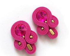 Earstuds color de rosa caliente pequeñas pendientes Soutache soutache earstuds joyas coloridas tendencias de verano coloridas clip en Soutache Earrings, Diy Accessories, Beading Tutorials, Polymer Clay Jewelry, Chandelier Earrings, Shibori, Colorful Fashion, Handmade Art, Earrings Handmade