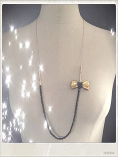 Sautoir asymétrique perles noires et or avec un noeud en cuir or. : Collier par le-comptoir-des-copines