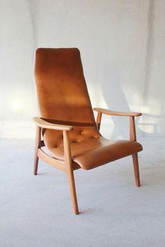 Hoge design fauteuil / lounge chair bekleed met cognac kleurige skai / vinyl (nepleer). De stoel verkeert in perfecte staat, en is afkomstig van de Nederlandse meubelfabrikant Pastoe.      Het frame is gemaakt van teak hout of paliisander. Een echte musthave voor wie van retro, vintage en Deense retro meubels uit de 50s, 60s en 70s houdt.    Prijs: 175 euro.    Op te halen in provincie Groningen of kan worden bezorgd tegen nette prijzen in NL en BE. www.daspasdesign.nl