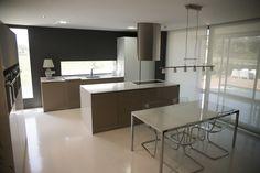 vista desde el salon : Armarios y estanterías de Suarco. https://www.homify.es/libros_de_ideas/27716/5-ventajas-de-tener-una-moderna-isla-de-cocina-en-casa
