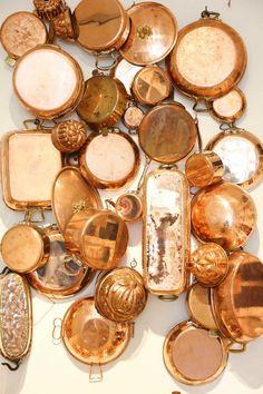 Copper cookware installation at the original Williams-Sonoma store Color Cobrizo, Deco Restaurant, Farmhouse Restaurant, Copper Decor, Copper Wall, Copper Metal, Copper Kitchen, Copper Dishes, Walnut Kitchen