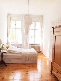 Einrichtungsinspiration: hohes Bett, Holzdielen und schönen Altbaufenster. #wgzimmer #einrichtungsideen