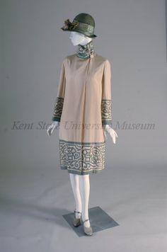 1926 - Coat - Cream colored silk with green cotton applique - Kent State University Museum 1930s Fashion, Moda Fashion, Art Deco Fashion, Retro Fashion, Vintage Fashion, Fashion Design, Retro Mode, Vintage Mode, 1920s Outfits
