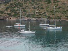 Fondeados para pasar la noche en el velero en la Isla de Kithnos. Islas Cícladas del Norte en velero. Grecia.