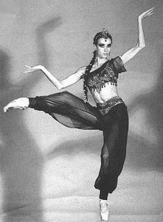 Sylvie Guillem in Arabian Nights. Such an amazing dancer she is! Ballet Costumes, Dance Costumes, Carpeaux, La Bayadere, Ballet Photos, Dance Movement, Dance Poses, Street Dance, Royal Ballet