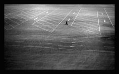 Johnny W.N.L.| Ασπρόμαυρες στιγμές| Φωτογραφία              Οι φωτογραφίες του Johnny W.N.L. δημιουργούν αμηχανία. Όχι γιατί είναι ανοίκειες, αλλά γιατί καλούν το βλέμμα σε αναμέτρηση. Ως συντεταγμένες εμπειρίες στα τοπία
