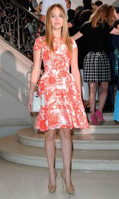 At the Christian Dior Haute Couture show in Paris on Monday, actress Jennifer Lawrence shows off her stems in a flirty, floral print dress with nude peep-toe pumps. She carries a white Miss Dior handbag and lets her long hair fall naturally. Dior Haute Couture, Couture Fashion, Couture Week, Jennifer Lawrence Photos, Jenifer Lawrence, Christian Dior Dress, Look Fashion, High Fashion, Fashion Outfits
