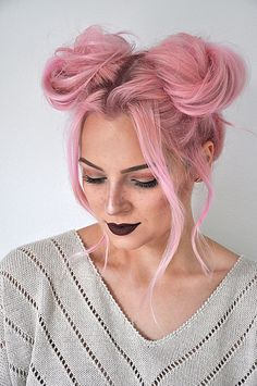 Quick and Easy Space Buns Hairstyle Tutorial Say goodbye to boring hair and hello to fun with this space buns hairstyle tutorial. It's super easy and only takes 5 minutes! Fringe Hairstyles, Funky Hairstyles, Everyday Hairstyles, Wedding Hairstyles, Drawing Hairstyles, Side Bun Hairstyles, Bouffant Hairstyles, Ladies Hairstyles, Brunette Hairstyles