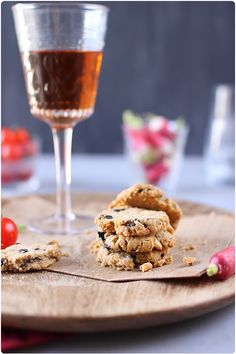 Cookies au beurre de cacahuète et olives 120 g de farine T45 40 g de semoule fine de blé dur 30 g de parmesan râpé 1 cc de levure chimique 50 g de beurre 50 g de beurre de cacahuète 1 œuf 35 g d'olives noires dénoyautées Farine T45, Biscuits, Cereal, Peanuts, Breakfast, Desserts, Food, Peanut Butter, Kitchens