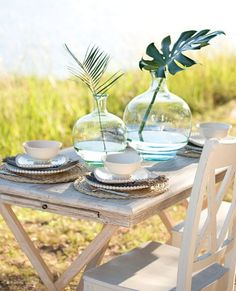 Ohhh…to dine at the water! I can almost feel that soft breeze blowing through my hair…ahhhh!  Love the tablescape ~ via http://athomewithwillowhouse.tumblr.com/