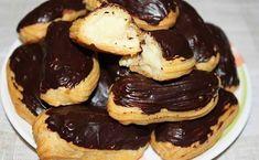 Răsfățați-vă persoanele dragi cu eclere pufoase, umplute cu cremă de vanilie și glazură de ciocolată. Eclerele sunt un desert foarte popular și delicios, care este pe placul tuturor. Este o prăjitură clasică, care se prepară din aluat opărit și cremă delicioasă de vanilie, învelite în glazură de ciocolată, toate ingredientele se completează excelent într-un desert …