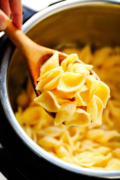 This Instant Pot Mac and Cheese recipe is super-quick and easy to make in the pressure cooker, it's easy to customize with cheddar or your favorite kind of cheese, and it tastes SO cozy and delicious! | gimmesomeoven.com #macandcheese #pasta #cheese #instantpot #pressurecooker #dinner #side