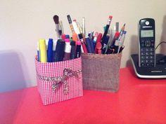 Eu precisava de uns porta lápis e canetas... segui as dicas de muitos blogs e fui a luta pelos meus!  Reciclei caixas de leite e restos de tecidos :)