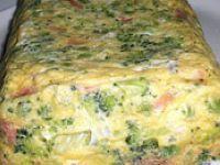 Pastel de brócoli. Ingredientes: 1 brócoli cocido + 2 zanahorias cocidas + 4 huevos + 1 vaso de leche + jamon de york o pavo en trocitos pequeños + 1 lata de atun en aceite + queso en lonchas + pimienta + sal + aceite. See more at: http://www.masbrocoli.com/recetas