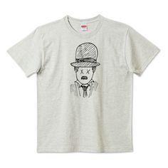 「キゲキオウ」デザインの5.6ハイクオリティーTシャツ(United Athle)です。3点以上で送料無料。関連タグ「パロディ,手書き,ラフ,線画,オマージュ,チャップリン,ゆるい,ださかわ」デザイン説明:ゆるい手書きイラスト | Tシャツトリニティは多種多様なデザイナーが出店するデザインTシャツ通販専門モールです。