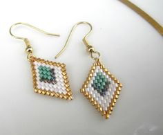 Boucles d'oreilles perles Miyuki dorées et vertes Small Earrings, Seed Bead Earrings, How To Make Earrings, Diy Earrings, Earrings Handmade, Beaded Rings, Beaded Jewelry, Jewellery, Seed Bead Projects