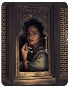 Indian Aesthetic, Brown Aesthetic, Aesthetic Photo, Indian Photoshoot, Saree Photoshoot, Portrait Photography Poses, Indian Photography, Portraits, Saree Poses