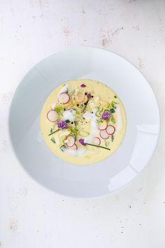 Okroshka - kalte russische Suppe von http://www.pinterest.com/highfoodality/ Zutaten: Frühlingszwiebeln, Radieschen, Salatgurke, Kartoffeln, hartgekochte Eier, Schnittlauch, Dill, grobkörniger Senf, Schmand, Buttermilch, Salz, Pfeffer #gutelaunevitamix