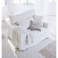 Klares kubisches Design in Weiß: Dieser moderne 1,5-Sitzer mit zwei zusätzlichen Deko-Kissen bietet reichlich Platz zum gemütlichen Relaxen - entweder allein oder zu zweit.