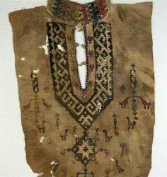 © Ashmolean Museum, University of Oxford Part of a tunic front with geometric pattern and birds Egypt Mamluk Period - linen, embroidered with coloured silk; with seams in flax Ashmolean Museum, Univ of Oxford Ethno Tattoo, Textiles, Textile Patterns, Beuys Joseph, Medieval Embroidery, Drawn Thread, Historical Clothing, Islamic Art, Asian Art
