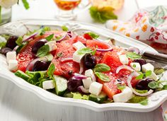 Genialer Sommersalat - Wassermelone, Feta und schwarze Oliven :http://www.cooknsoul.de/rezepte/salate/genialer-sommersalat-wassermelone-feta-und-schwarze-oliven/