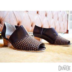 Basiquinho e detalhadinho. Modelo abotinado Tressé Café #moda #fashion #sapatos #shoes #ootd #lookdodia #brazil #daniBe #daniBeShoes #tendencia  #conforto #artesanal #handmade #sapatosartesanais #feitoamao #basico #basic #shoesoftheday
