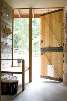 INNGANG: Dørene ble spesiallaget med ståldetaljer etter de gamle og originale prinsippene.