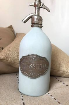 Decoupage, Recycled Bottles, Soap Dispenser, Stencils, Diy And Crafts, Recycling, Veronica, Biscuit, Vintage