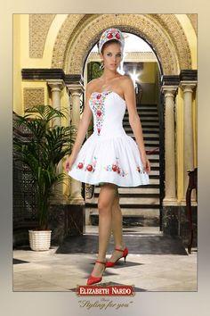 Hímzett ruha Folk Fashion, Womens Fashion, Folklore, Hungarian Girls, Hungarian Embroidery, Frocks For Girls, Female Girl, Folk Costume, Costumes
