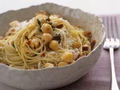 Spaghetti mit Kichererbsen und Mandeln | Kalorien: 647 Kcal - Zeit: 40 Min. | http://eatsmarter.de/rezepte/spaghetti-mit-kichererbsen-und-mandeln