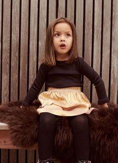 Deze little fashionista is klaar voor de feestdagen in haar outfit uit de collectie van Name It! #nameit #girlslook #meisje #rok #glitter #kerst #herfst #winter #lente #kinderkleding #inspiratie Party Looks, Fur Coat, Glitter, Jackets, Outfits, Fashion, Names, Down Jackets, Moda