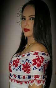 la diputada Zulay Rodriguez luciendo un vestido estilizado marcado con mundillo pepiado