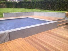 Terrasse en bois mur en pierre bleue Small Pools, Fencing, Bourbon, Deck, Outdoor Decor, Home Decor, Gardens, Pools, Wooden Terrace