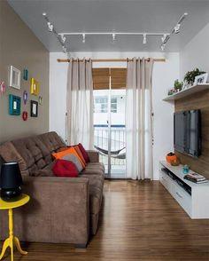 Sala de TV com trilho de iluminação