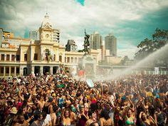 """No mês em que o horário de verão entra em pauta, a """"Praia da Estação"""" se organiza para garantir a diversão da galera em projeto de ocupação da Praça Rui Barbosa."""