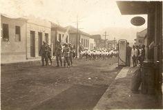 Desfile de Sete de Setembro - Década de 1950. Rua Antônio Braz, essa bomba de gasolina ficava bem enfrente a Casa Fernandes, que tbm aparece na foto. Senador Firmino, MG