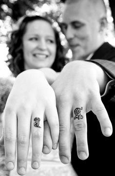 Tattoo Liebespaar Initiale statt Hochzeitsringe