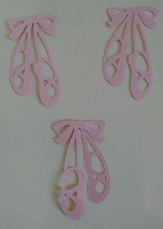 Recortes sapatilha bailarina, feito em papel perolado 180g. Recortado eletronicamente. Temos rosa bebê, azul bebê, branco, creme, lilás, amarelo, vermelho, verde Água.    TAMANHO APROXIMADO: 3 X 2 cm
