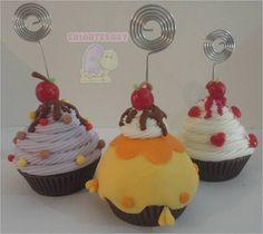 Cupcake em biscuit com porta foto/recado.  Ideal para lembrança aniversário infantil, chá de cozinha.